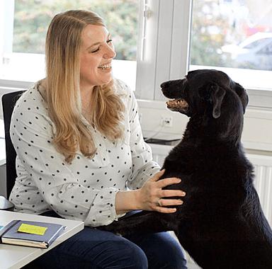 Mitarbeiterin mit Hund